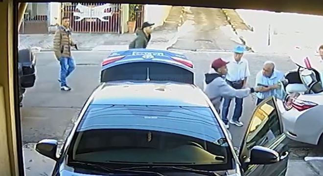 Quatro idosos são rendidos ao chegar em casa por grupo armado