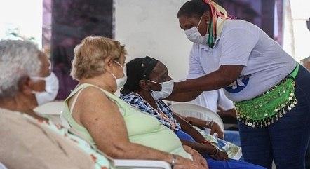 Idosos são vacinados contra covid-19 em Salvador