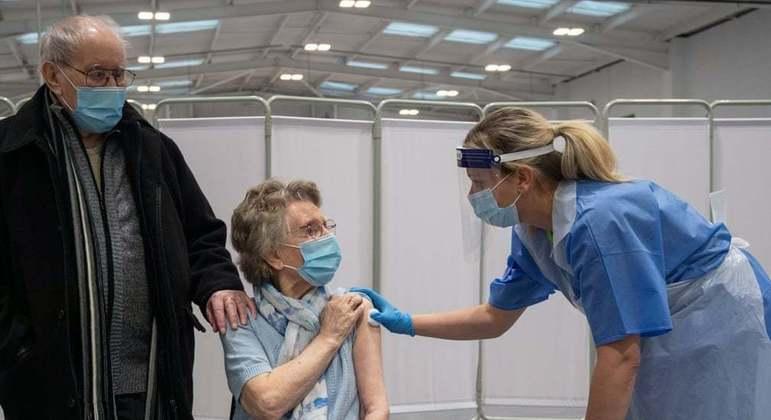 Casal conseguiu tomar a vacina contra a covid-19 juntos