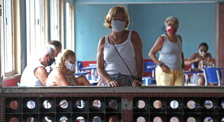 Idosos que receberam vacinas há quase 6 meses precisam atenção na prevenção da covid