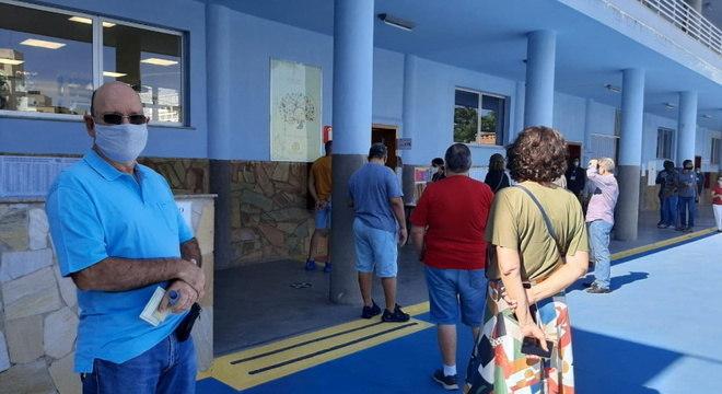 Idosos votam no Colégio São Miguel Arcanjo, em Belo Horizonte