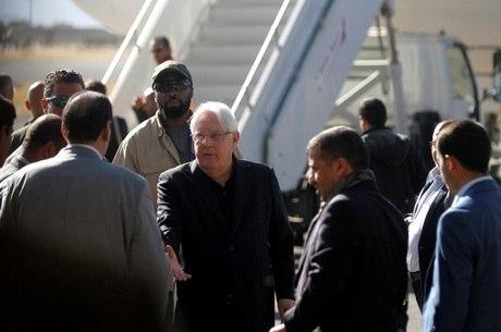 Enviado da ONU no aeroporto de Sanna, no Iêmen