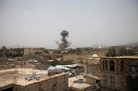 Ataque aéreo atingiu ônibus escolar no Iêmen
