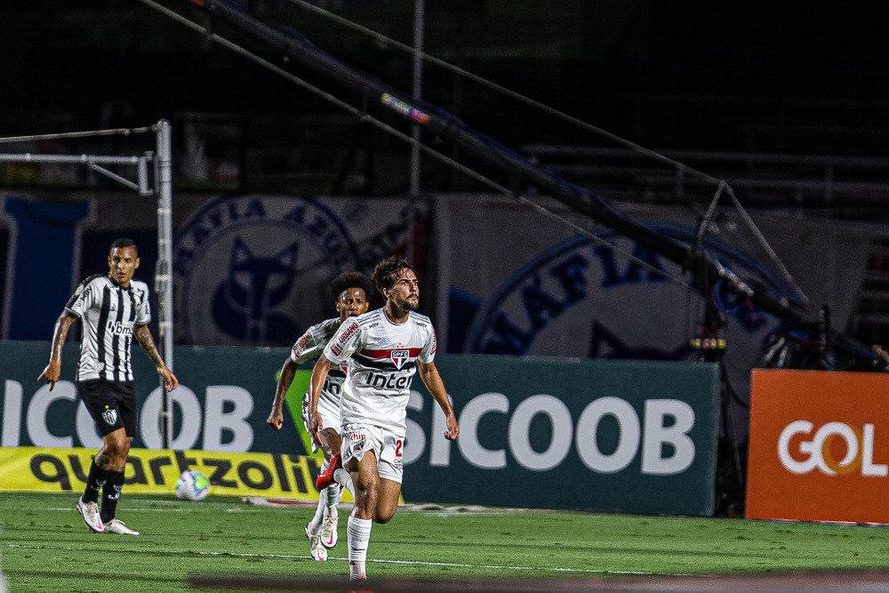 Igor Gomes comemora o belíssimo gol que abriu o caminho da vitória