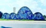 Um dos pontos turísticos obrigatórios para quem visita a capital mineira é aIgreja São Francisco de Assis, na região da Pampulha. Erguida em 1943, o cartão-postal foi o primeiro trabalho de expressão de Niemeyer.Cândido Portinari, um dos artistas plásticos mais importantes do país,é autor do famoso painel externo em azulejo azul e branco, na fachada do monumento. A foto é de autoria deLeonardo Crizostomo