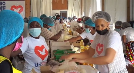 Voluntários trabalham para entregar alimentos