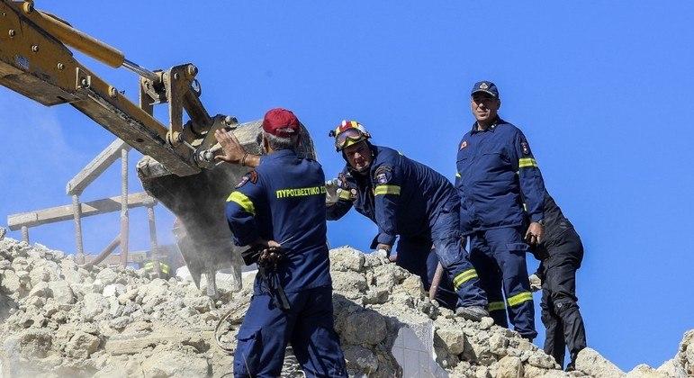Bombeiros buscam sobreviventes nos escombros de uma igreja após um terremoto atingir a ilha de Creta
