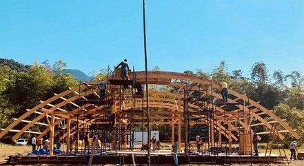"""Homens trabalhando em uma das construções de """"A Ilha dos Famosos"""""""