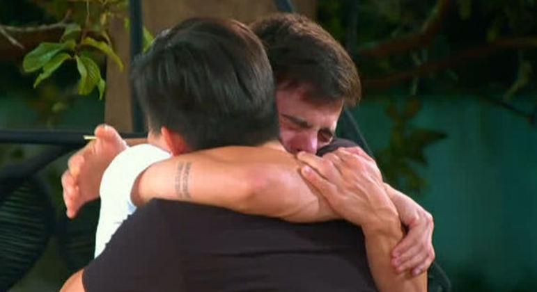 Thomaz chora e recebe consolo de Pyong