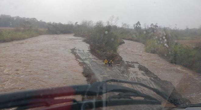 Forte temporal inundou regiões com a cheia do rio em Timbé do Sul