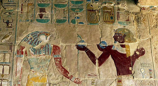Embora possa não parecer, a figura à direita é Hatshepsut, já representada sob o estereótipo do faraó masculino