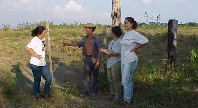 Ima Vieira com alunas e produtor em entrevista sobre capoeiras no nordeste paraense