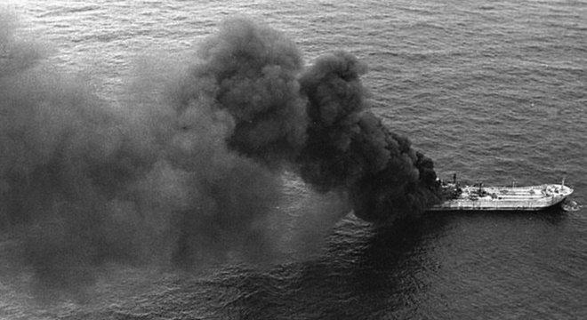 Navio carregava 1,5 mil toneladas de gás butano que se transformaram em labaredas de 20 metros de altura