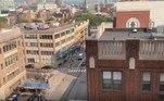 A queda de aproximadamente 30 m de altura ocorreu em Jersey City, nos EUA. O cidadão não identificado caiu do9º andar do edifício e atingiu uma BMW estacionadanas proximidades