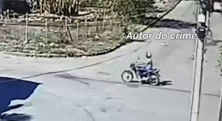 Circuito mostra suspeito com camisa clara