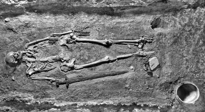 Imagem de 1928 mostra o esqueleto como ele foi encontrado Ele era um viking?