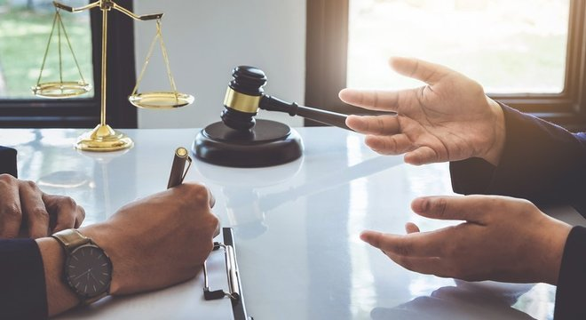 """No seu formato ideal, o """"plea bargain"""" pode beneficiar tanto o acusado, que é recompensado por assumir a responsabilidade do crime, recebendo sentença menor, quanto o governo, que economiza os recursos necessários em um julgamento"""