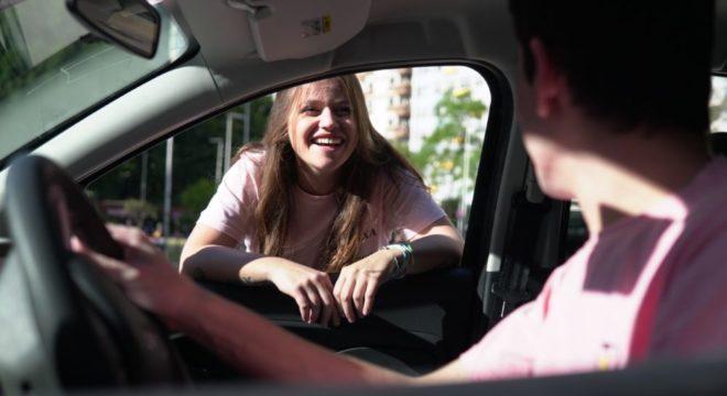 Imagem de pessoas no carro para falar da Pier, que oferta seguro automotivo