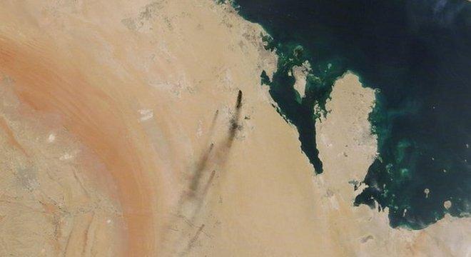 Imagem de satélite da Nasa mostra a fumaça do incêndio provocado pelos ataques de drone