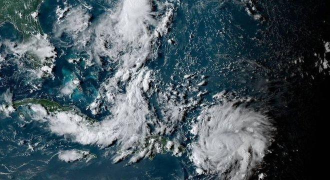 O furacão que se aproxima da costa americana cresceu em intensidade nesta quarta-feira