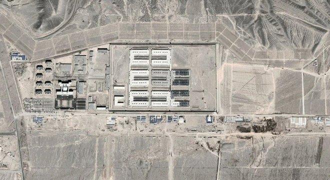 Imagens de satélites mostram rápido crescimento de campos de 'reeducação' para muçulmanos da etnia uigur