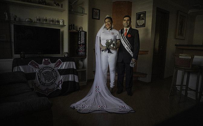 Imagem de torcedora do Corinthians com a camisa em ritual de casamento.