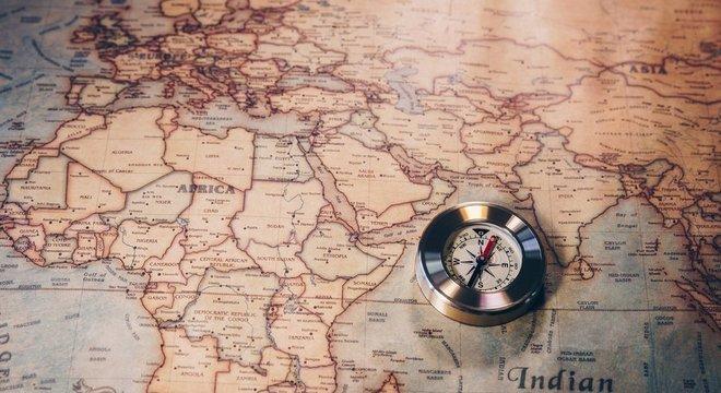 Imagem de uma bússula sobre um mapa