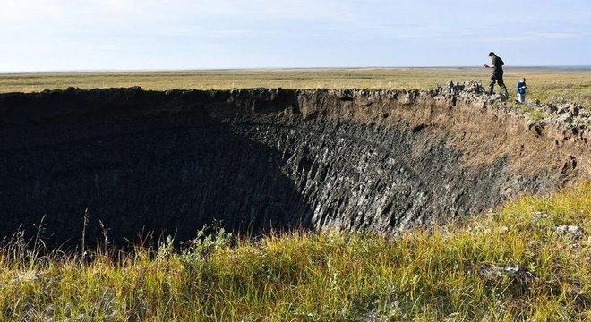 O cientista Evgeny Chuvilin estuda a formação das crateras