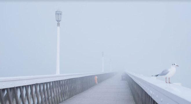 A paisagem da ilha compõe momentos de silêncio do filme, que nasceu depois de dois processos de luto pelos quais o diretor passou