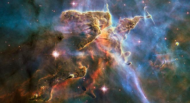 A aceleração da expansão do universo não pode ser explicada, no contexto da relatividade geral de Einstein, sem a existência de uma forma desconhecida de energia