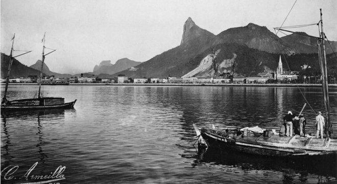 Enseada de Botafogo e Morro do Corcovado: além do Rio de Janeiro, o livro traz registros fotográficos de Niterói, Paquetá e Petrópolis