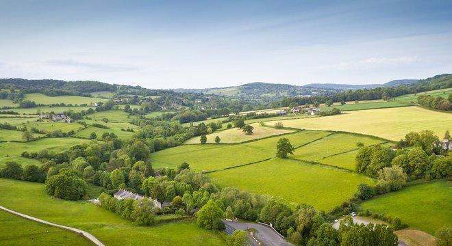 'Eu acordava toda manhã e via os campos, galinhas, cordeiros... Eu tinha até pôneis', lembra Sara-Jayne King sobre sua infância em área rural da Inglaterra
