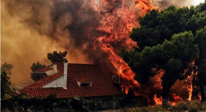 """A equipe de bombeiros que trabalha para controlar as chamas foi reforçada e descreve a situação como """"extremamente difícil"""""""