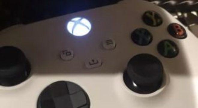 Imagem mostra controle branco que pode ser do Xbox Series S