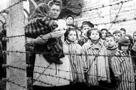 Tropas soviéticas libertaram sobreviventes famintos em Auschwitz em janeiro de 1945