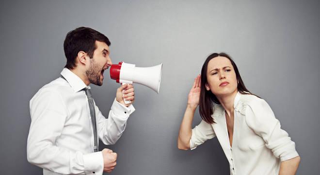 As vozes masculinas geralmente têm uma frequência muito menor que as vozes femininas, por isso deixam de ser ouvidas