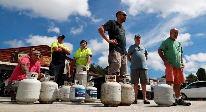 Moradores da Carolina do Sul compram suprimentos, como gás, para se preparar para a chegada do Florence