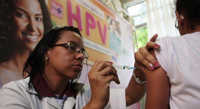 o Brasil, o SUS oferece gratuitamente a vacina contra o HPV para meninas de 9 a 14 anos e meninos de 11 a 14 anos, por exemplo