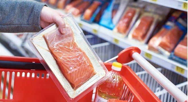 articipantes do estudo ingeriram alimentos como peixes, que estavam embalados com plástico