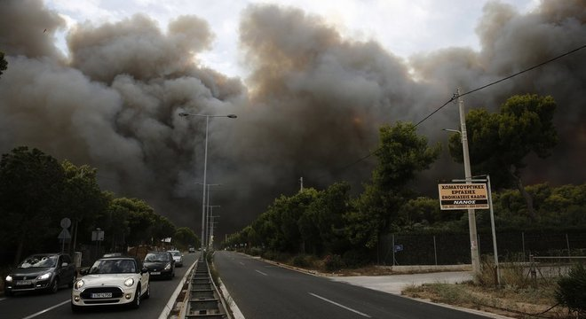 Imagens de vídeo e fotos compartilhadas em redes sociais mostram casas danificadas, muita fumaça no céu e pessoas de carro fugindo da área