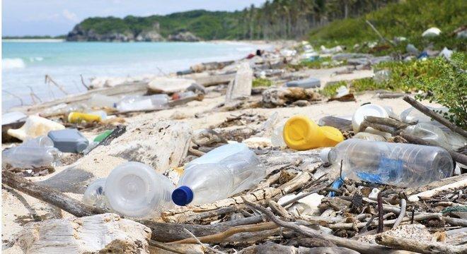Calcula-se que até 5% do plástico produzido por ano vá parar nos oceanos
