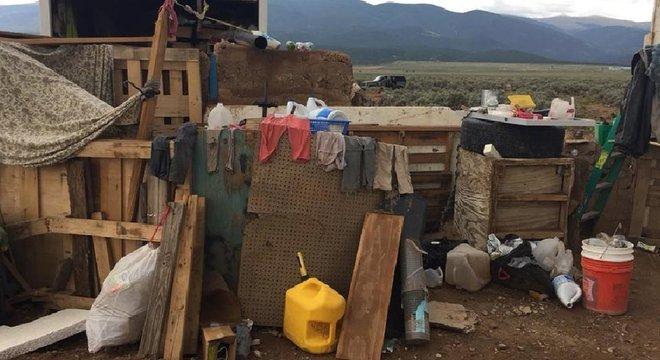 """Roupas e outros objetos na área onde as crianças foram encontradas: """"Elas estavam tão magras que dava para ver as costelas delas"""", disse a polícia"""