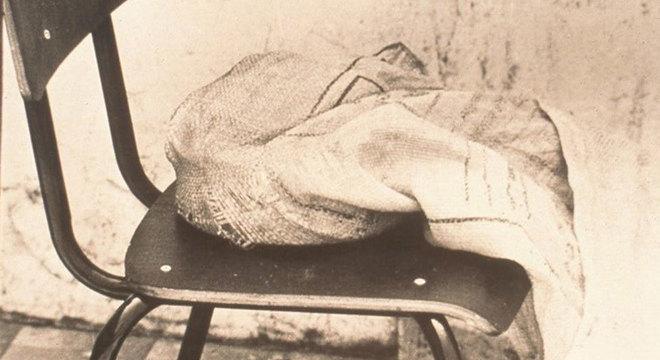 A mulher do dono do ferro-velho colocou o objeto suspeito em uma sacola