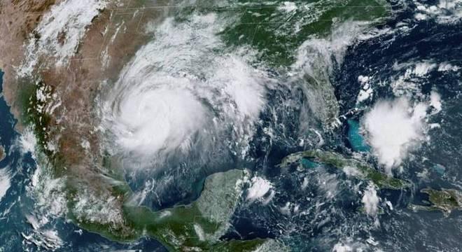 Imagens de satélite de tempestade tropical próximo ao México