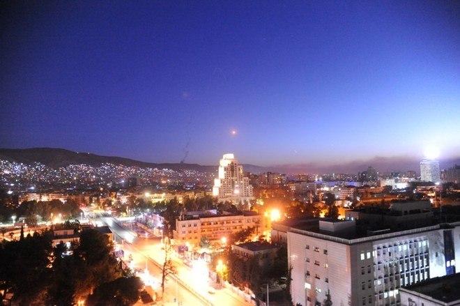 Damasco, a capital da Síria, temcerca de um milhão e setecentos mil habitantes. Segundo o governo norte-americano, os locais atacados pelos mísseis não eram destinados a alvos com civis