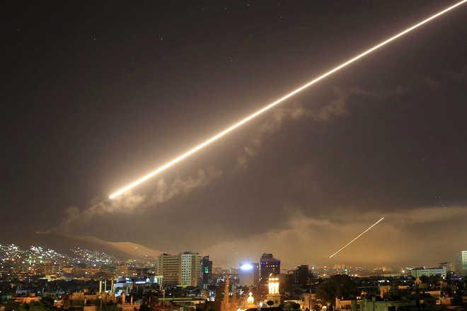 Os Estados Unidos realizaram ataques com mísseis nas cidades sírias de Damasco e Homs durante a noite de sexta e madrugada deste sábado (14). A operação foi uma retaliação a uma ação na semana passada em que teriam sido utilizadas armas químicas contra os opositores ao regime de Bashar al-Assad