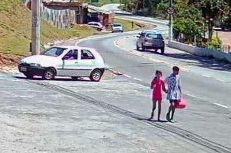 Menino foi visto caminhando ao lado de Raíssa