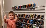 Apesar de culparem as crianças pela bagunça, este garotinho é a prova de que organizar até os próprios brinquedos pode ser muito legal