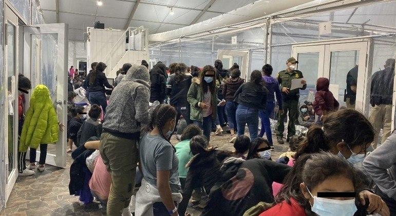 Imigrantes centro-americanos e mexicanos se acumulam em centro de detenção no Texas