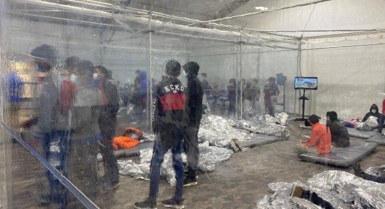 Crianças e adolescentes desacompanhados ficam em centros com paredes de plástico